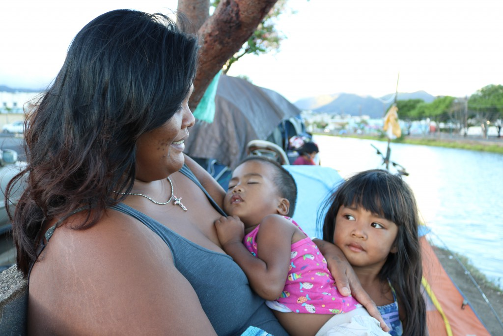 Ka La photo by Nakemiah Williams A mother and her two children living along the Kapalama Canal earlier this month.